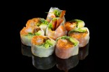 Sashimi roll wrapped in rice paper with tempura shrimp, salmon tatar and vegetables, topped with green tabasco, sweet sauce and sesame seeds (8 pcs)