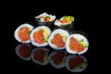 Roll with sea trout and avocado (6 pcs)